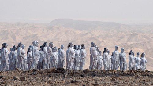 Nackt-Künstler Spencer Tunick: Lebendige Menschen posieren für das Tote Meer