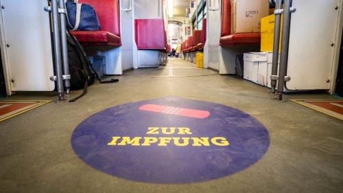 Coronaimmunisierung in der Straßenbahn: Guten Tag, einmal Ihren Impfpass, bitte