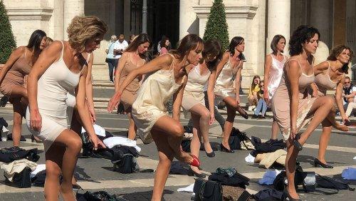 Ende von Alitalia: Flugbegleiterinnen ziehen sich aus Protest aus