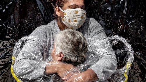 Pressefotos des Jahres: Eine Corona-konforme Umarmung – das ist das World Press Photo 2021