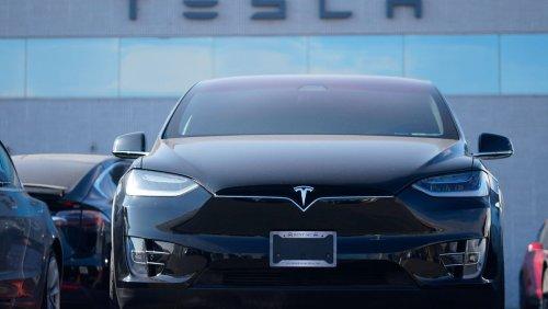 US-Medienbericht: Tesla-Auto ohne Fahrer kracht gegen Baum – beide Insassen tot