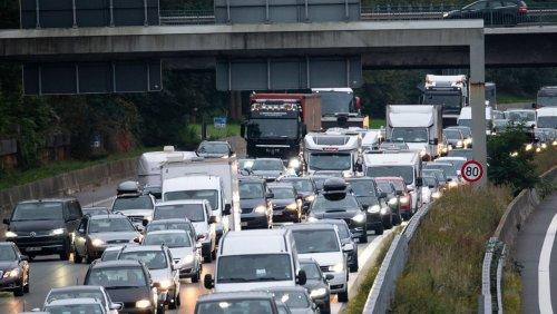 20-Kilometer-Stau auf der A24: Brennendes Auto legt Verkehr lahm
