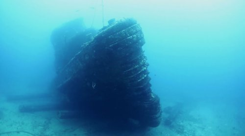 What It's Like to Dive the Nashua Navy Tug in Hawaii