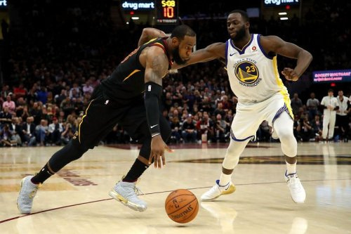 5 active NBA frontcourt players with most assists per game