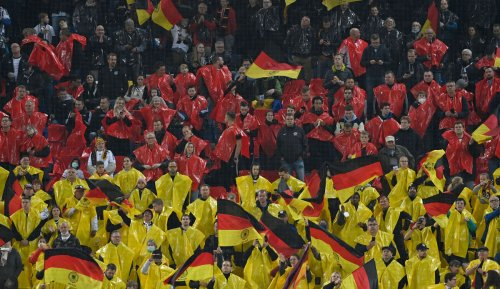 DFB schenkt Zuschauern Heimtrikots bei Verabschiedung von Löw und Köpke