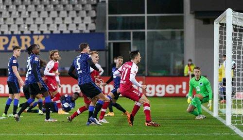 Wer zeigt / überträgt das Bundesliga-Nachholspiel Hertha BSC vs. SC Freiburg heute live im TV und Livestream?