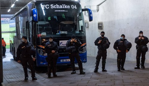 Innenminister verurteilt Krawalle bei Hansa Rostock vs. Schalke 04 - acht Polizisten verletzt
