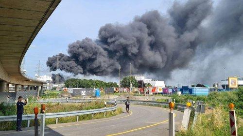 Explosion in Leverkusen - Anwohner sollen Fenster schließen, Autobahn gesperrt