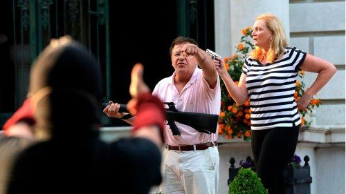 Gewehr gegen Demonstranten: Gouverneur begnadigt waffenschwingendes Ehepaar
