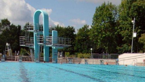 Tragödie im Amberger Freibad: 13-Jähriger stirbt nach Sprung von Dreimeterturm