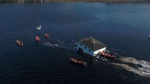 Fast gekentert: Spektakulärer Haus-Transport über See endet beinahe in einer Katastrophe