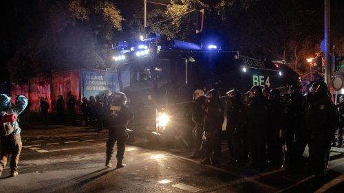 """Polizei räumt gewaltsam linkes Wagencamp """"Köpi-Platz"""" – Randale und Angriffe auf Beamte"""