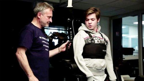 Laufen dank stabiler Beziehung: Vater baut behindertem Sohn ein Exoskelett