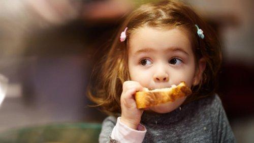 """""""Das Kind packt sich die Toastbrotpackung auf den Kopf und ruft: 'Guck mal, ich bin Brotkäppchen!'"""""""