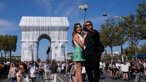 Der Traum von Christo und Jeanne-Claude ist wahr geworden – Volksfeststimmung am Triumphbogen in Paris