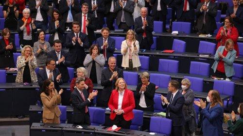 """Zwischen """"Zauber des Neuanfangs"""" und """"Lackmustest des Demokratieerhalts"""" – das Medienecho auf den neuen Bundestag"""