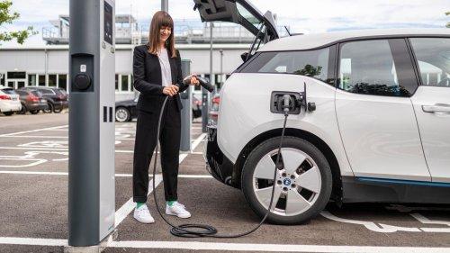Bosch stellt revolutionäres Elektroauto-Ladekabel für Ladesäulen und Haushaltssteckdosen vor