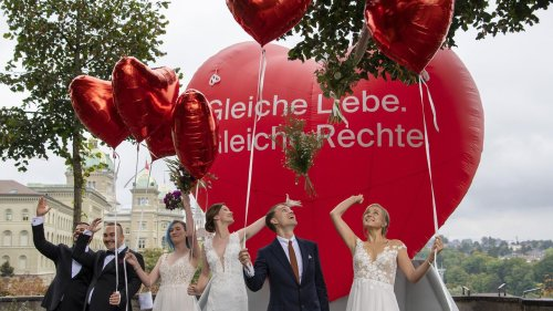 """Schweizer stimmen per Volksentscheid für gleichgeschlechtliche Ehe – Gegner fürchten """"Tod des Vaters"""""""