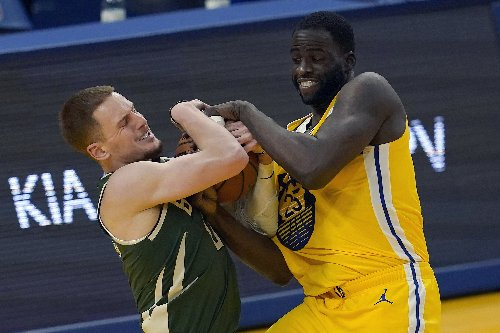 Curry, Warriors use furious finish to hold off Bucks 122-121