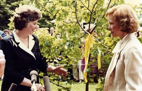 Penelope Laingen, who united the nation with yellow ribbons during the Iran hostage crisis, dies at 89