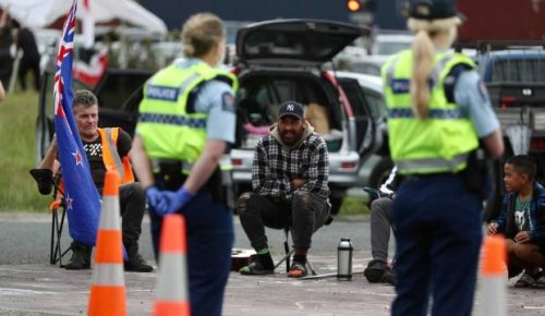 Covid-19: Anti-lockdown hīkoi spends another night at Auckland's southern border