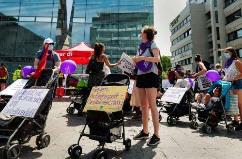 Kinderwagen-Flashmob in Stuttgart-Mitte: Wer den Laden am Laufen hält