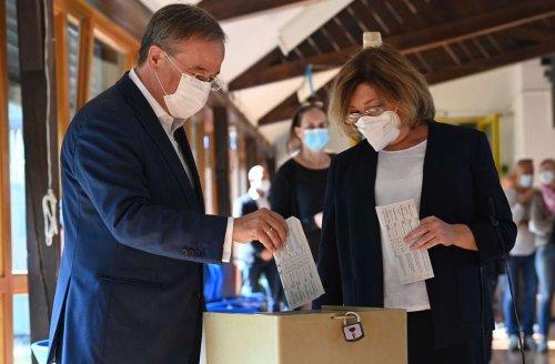 Fehler bei der Stimmabgabe: Armin Laschet faltet Stimmzettel falsch