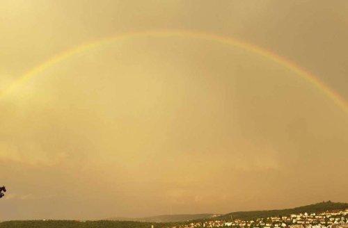 Gelber Himmel und Regenbogen über Stuttgart: Das steckt hinter den beeindruckenden Himmelsspektakeln