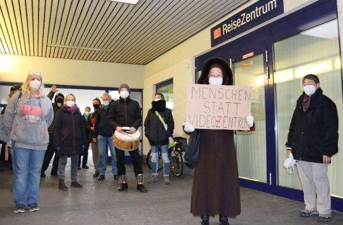 """Bahnhof in Stuttgart-Zuffenhausen: Das Reisezentrum soll """"offen bleiben"""""""