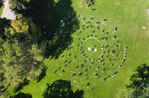 Kundgebung in Stuttgart: Zeichen der Solidarität mit Geflüchteten im Schlossgarten