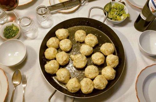 Urlaubsrezept zum Nachkochen: Rund und gut – so gelingen herzhafte Südtiroler Käseknödel
