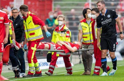 Sorge um Ex-Profi vom VfB Stuttgart: Union-Verteidiger Timo Baumgartl wird mit Trage vom Platz getragen