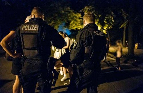 Flaschenwürfe und sexuelle Übergriffe: Polizei räumt Plätze in Freiburg