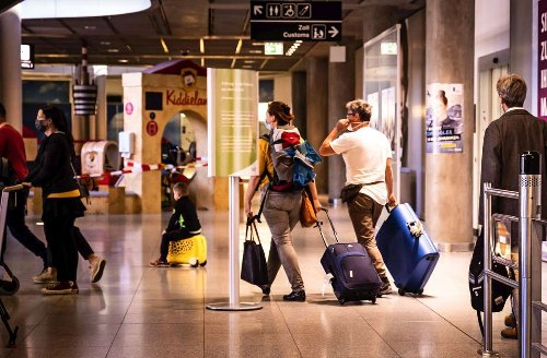 Irritation um Videowand am Flughafen Stuttgart: Am Flughafen wird noch das Frühlingsfest beworben