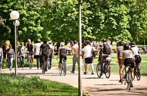 Coronapandemie in Stuttgart: Der erste Sommertag – Sonne tanken mit Abstand