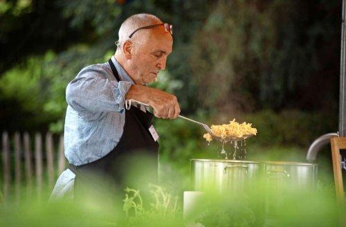 Genuss in Kernen: Pesto-Weltmeister kocht im Kräutergärtle