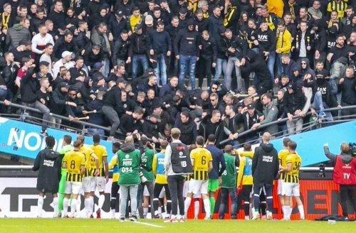 Vorfall in Nijmegen: Fußballfans hüpfen im Rhythmus – Teil von Tribüne stürzt ein