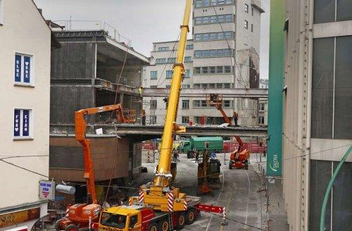 Abriss des Kaufhof-Anbaus in Stuttgart: Verbindungsteg über der Steinstraße verabschiedet sich