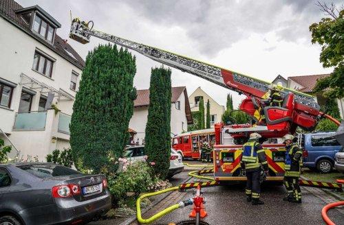 Feuerwehreinsatz in Weinstadt-Endersbach: Blitz setzt Dachstuhl in Brand