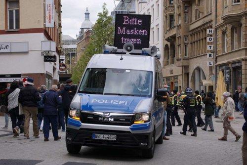 Demonstrationen in Stuttgart: Newsblog: 1000 Verstöße gegen Maskenpflicht