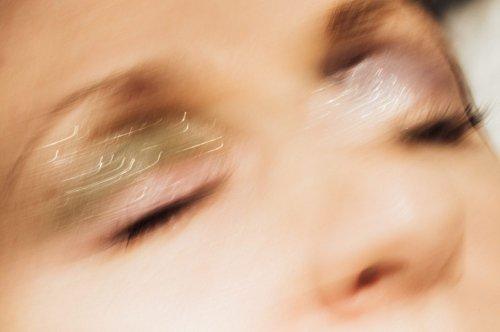 Disco Brows – wie der glitzernde Augenbrauentrend geschminkt wird
