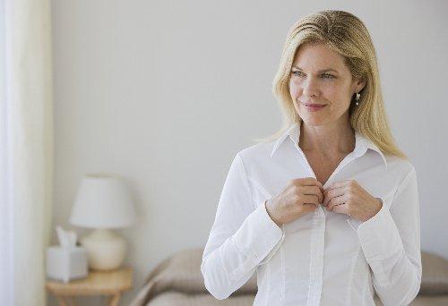 Darum werden Damenblusen anders geknöpft als Herrenhemden
