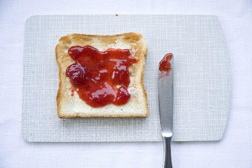Erdbeermarmelade kann nach einiger Zeit braun werden. Doch warum ist das so?