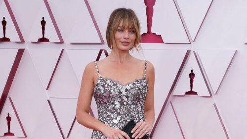 Margot Robbie Brought New Bangs *And* Length To The Oscars