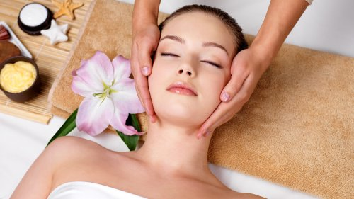 Massage Routine For A Glowing & Youthful Face