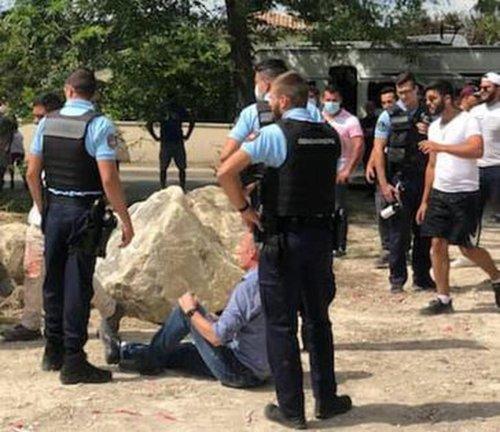 Sainte-Eulalie : le maire s'allonge pour empêcher l'entrée des gens du voyage