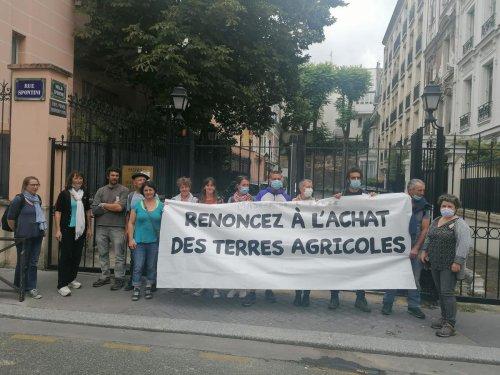 Terres agricoles à Arbonne : des militants se rendent devant le logement parisien de l'acheteuse