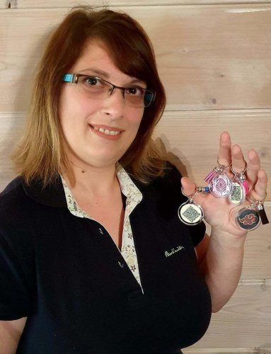 Charente : elle crée des porte-clés pass sanitaire