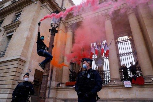 Vidéo. Loi climat : des militantes d'Extinction Rebellion s'enchaînent à l'Assemblée nationale