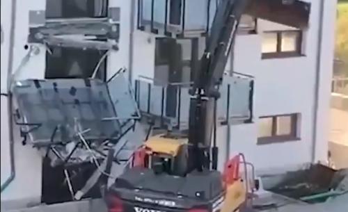 Vidéo. En colère après des impayés, un constructeur détruit à la pelleteuse un immeuble flambant neuf en Allemagne